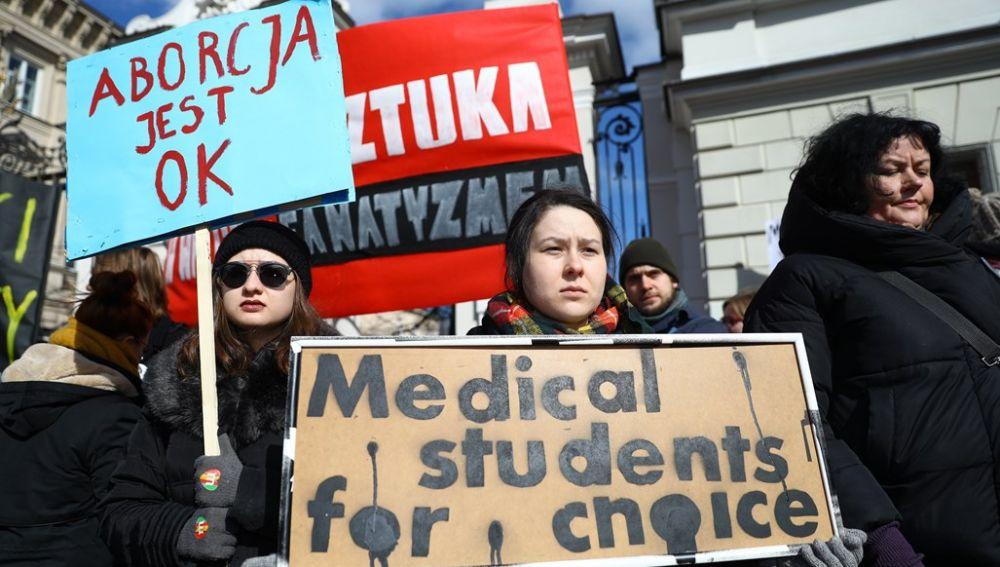 Representantes del comité estudiantil antifascista partidarios de la huelga general femenina contra el endurecimiento de la ley del aborto en Polonia