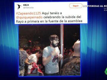 La 'pillada' de Quique Peinado celebrando el ascenso a Primera del Rayo Vallecano en la Fuente de la Asamblea