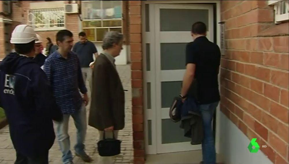 Técnicos eléctricos inspeccionan el bloque en Sabadell donde murió un hombre electrocutado