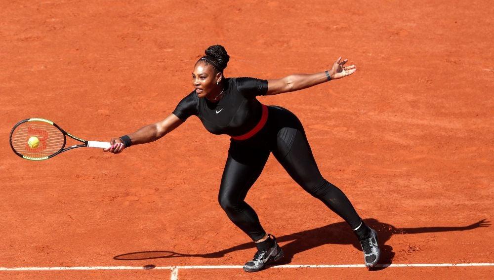 Serena Williams devuelve la bola en su vuelta a Roland Garros