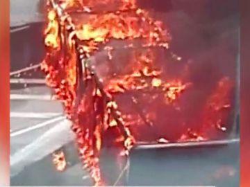 Camión ardiendo a la entrada de Bilbao