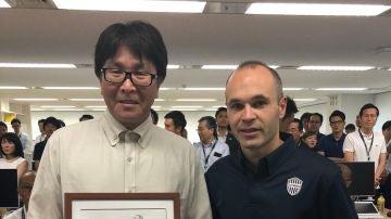 Takahashi posa con Iniesta y sus dos dibujos