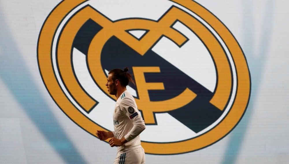 Bale, con el escudo del Real Madrid detrás