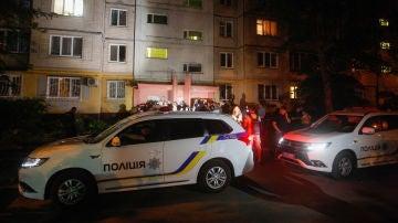 Coches de la policía ucraniana en la entrada de la casa del periodista ruso Arkady Babchenko en el momento del asesinato
