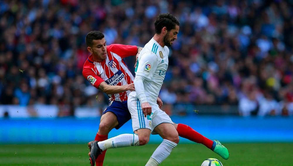 Lucas Hernández intenta robar el balón a Isco