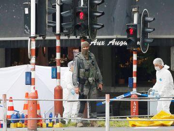 Imagen de archivo de los agentes de policía forense belga investigando en el lugar del tiroteo en Lieja, Bélgica