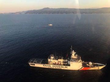 Barco que ha rescato a los naufragados