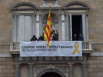 Trabajadores de la Generalitat colocan en el balcon del Palau una pancarta pidiendo la libertad de los politicos presos