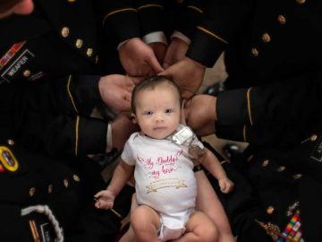 Un homenaje en forma de fotografía: el bebé de un soldado caído en manos de sus compañeros