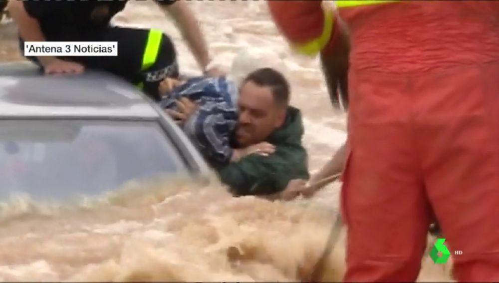 <p>Las imágenes del angustioso rescate de tres ancianos atrapados en su vehículo por la riada en Alginet</p>