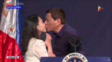 <p>El beso forzado de Duterte a una mujer desata las críticas</p>