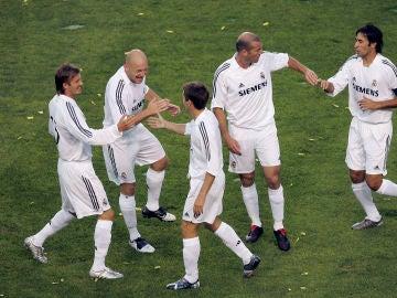 Gravesen, rodeado de varios 'Galácticos' en el Real Madrid