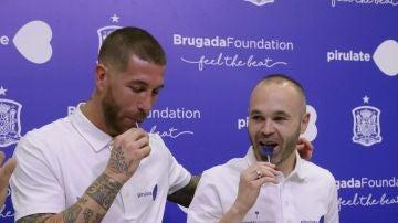 Ramos e Iniesta, durante el acto de presentación de la acción solidaria para investigar la muerte súbita