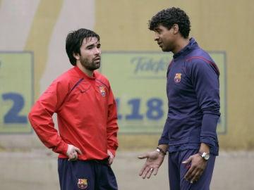 Deco dialoga con Rijkaard durante un entrenamiento