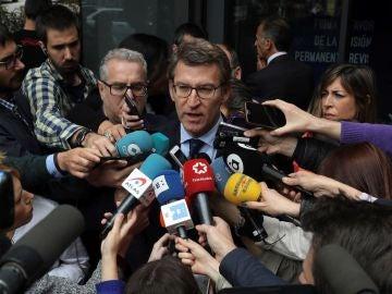 Alberto Núñez Feijóo ante las puertas de Génova