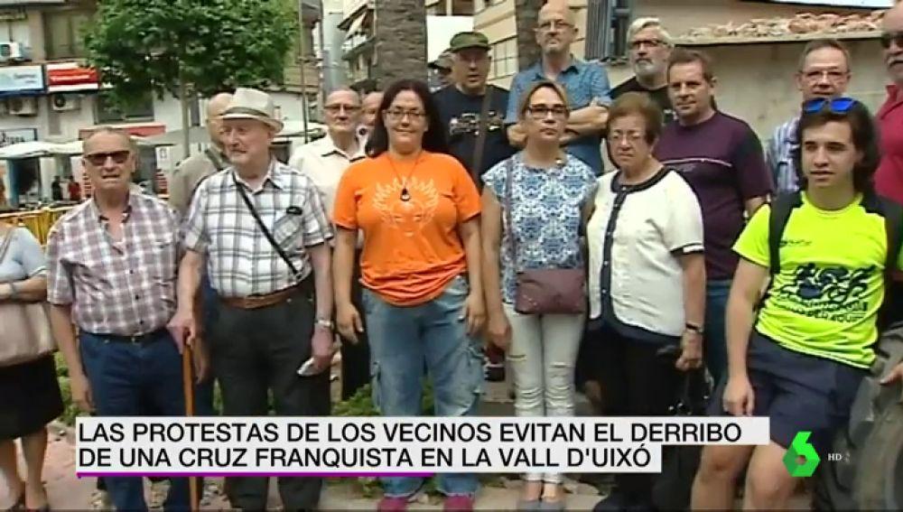 Los vecinos de Vall d'Uixó paralizan el derribo de la Cruz de los Caídos