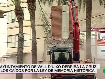 <p>Reanudan los trabajos de derribo de la Cruz de los Caídos de Vall d'Uixó después de paralizarlos por las protestas vecinales</p>