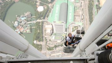 Momento en el que el 'Spiderman francés' asciende la pared exterior de la Torre Lotte World de Seúl antes de ser detenido
