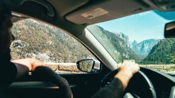 Conducir con el brazo en la ventanilla