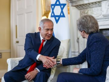 Theresa May con Benjamin  Netanyahu
