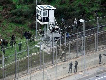 400 inmigrantes asaltan la frontera de Ceuta