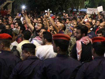Cientos de jordanos se manifiestaban el lunes contra las nuevas reformas al impuesto sobre la renta y el alza del impuesto al petróleo, en Amman