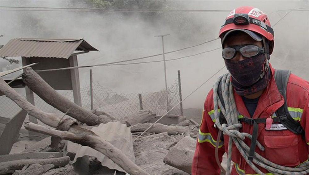 Trabajos de rescate tras la erupción del volcán de Fuego, en Guatemala