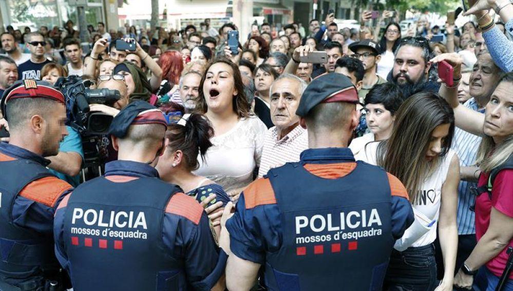 Mossos d'esquadra bloquean el paso a los vecinos en Vilanova i la Geltrú