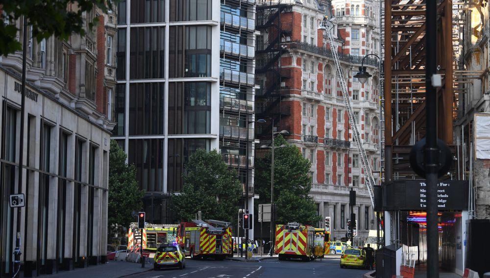 Momento en el que los bomberos acuden al hotel de lujo en Londres para apagar el incendio