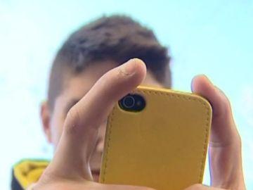 Un joven usando su teléfono móvil