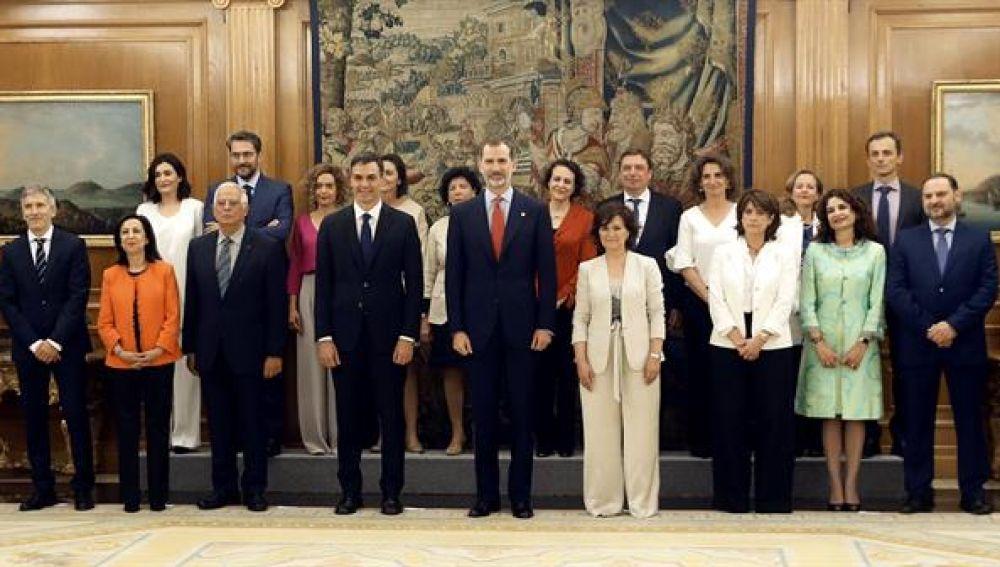 Los ministros de Sánchez antena el Rey