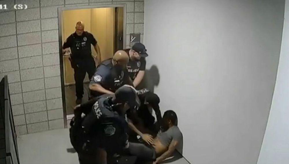 Agresión de cuatro policías a un hombre en Arizona