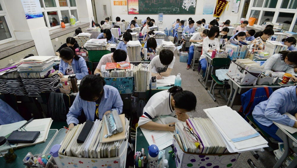 Imagen de archivo de estudiantes chinos de secundaria preparándose para el examen anual 'Gaokao'.
