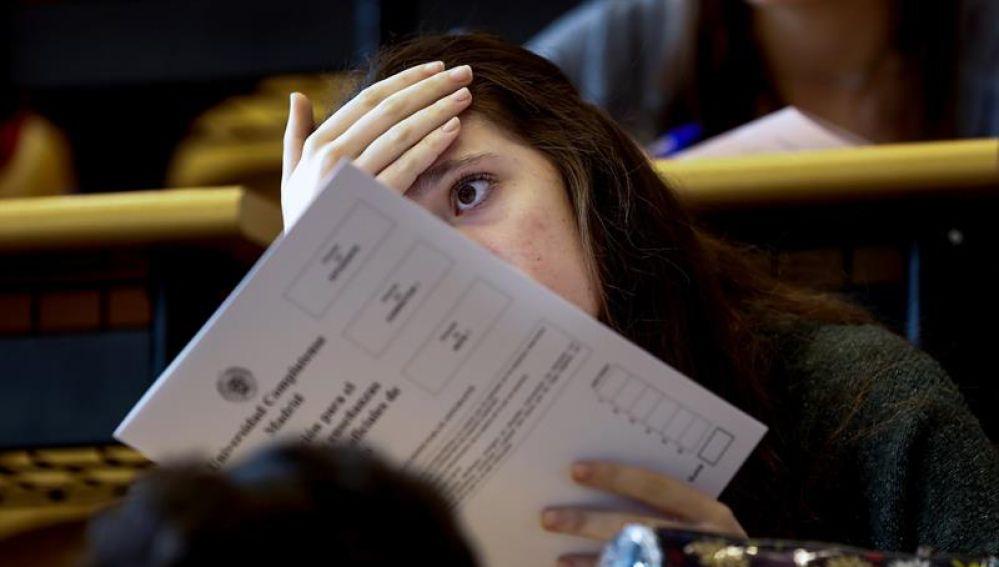 Una estudiante espera para realizar los exámenes de Selectividad