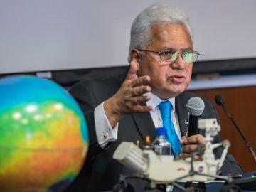 El investigador mexicano, Rafael Navarro, durante una rueda de prensa en Ciudad de México