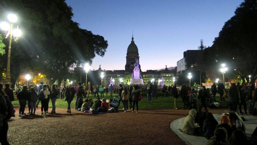 Decenas de personas proaborto en las inmediaciones del Congreso argentino
