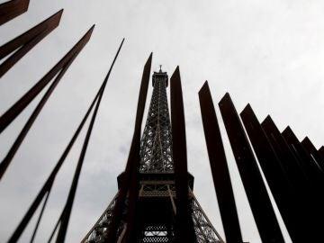 Nueva barrera colocada alrededor de la Torre Eiffel en París