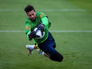 Alisson entrena con la selección brasileña