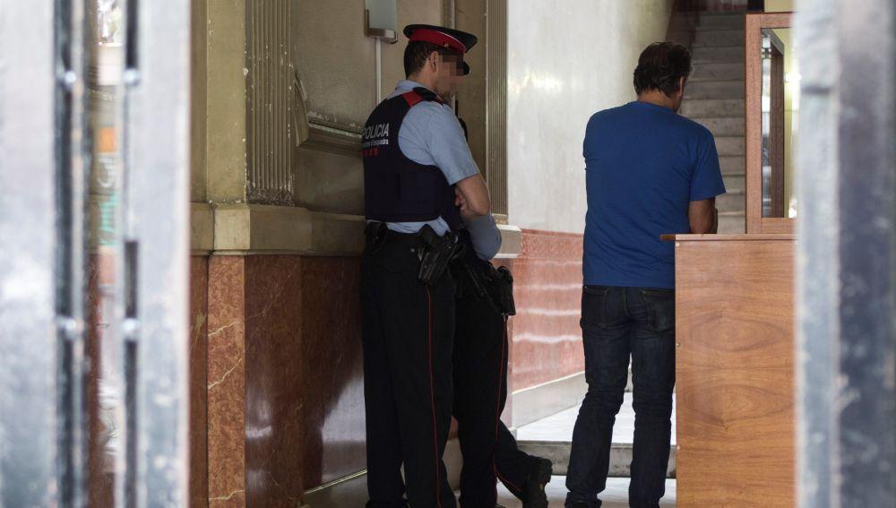 Agentes investigan el hallazgo del cadáver de un bebé en Barcelona