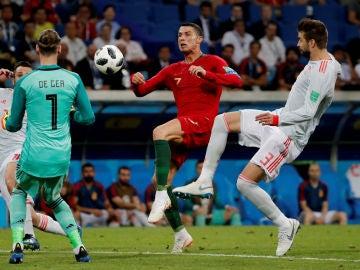 De Gea sale a por el balón ante Cristiano Ronaldo