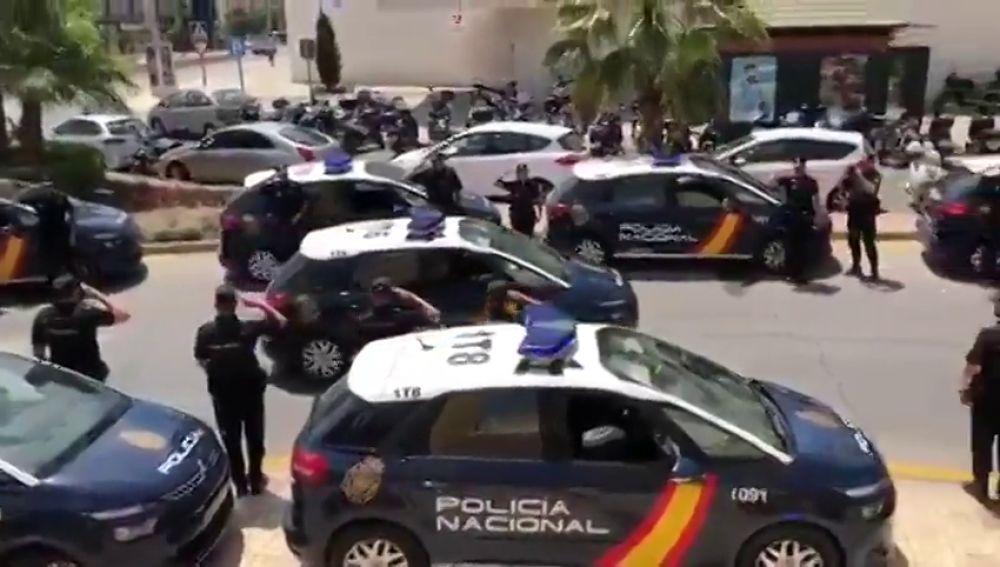 Los agentes de la Policía Nacional en Málagra preparan una sorpresa a un compañero que se jubila tras estar 42 años en el cuerpo