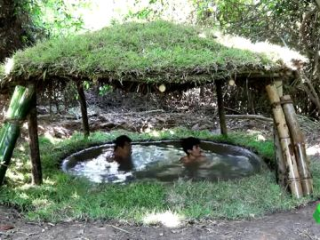 Niños fabrican una piscina cubierta en Camboya