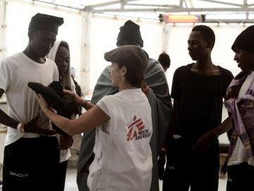 Suministro alimentario de los Guardias Costeros italianos a los inmigrantes del Aquarius