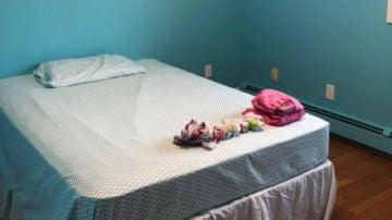 La habitación de la hija de Amanda Mitchel con la cama de la pequeña y la ropa contra el acoso