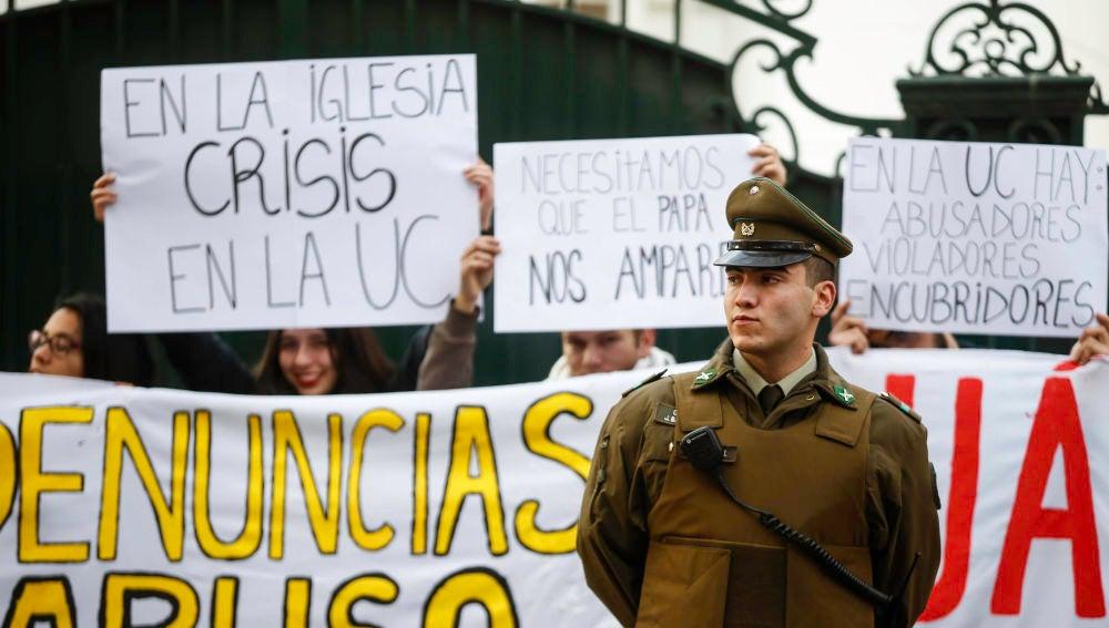 Un grupo de jóvenes protesta por los abusos sexuales en la Universidad Católica frente a la Nunciatura Apostólica de Santiago