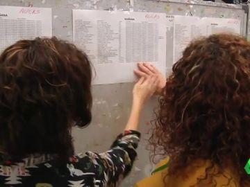 Aspirantes buscando su nombre en las listas de los exámenes