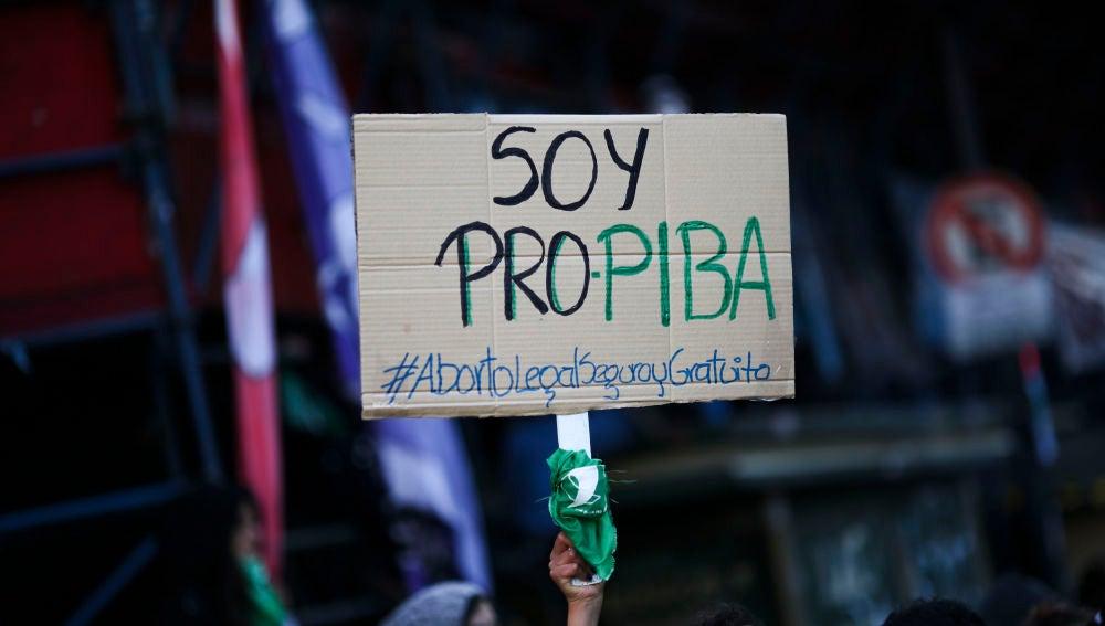 Miles de personas festejan la aprobación de la despenalización del aborto en Argentina