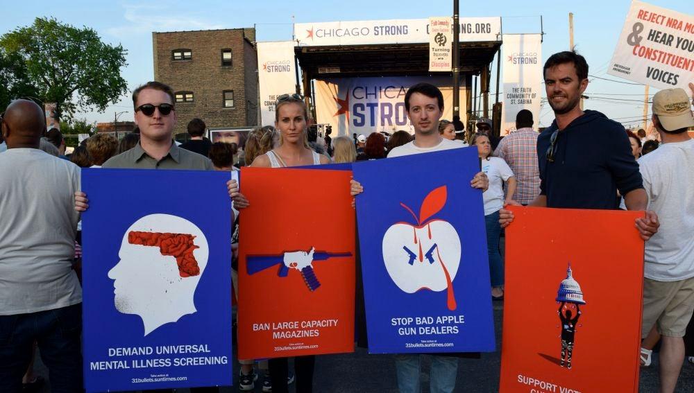 Unas personas sotienen unas pancartas que piden mayor control de armas