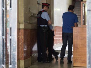 Los Mossos d'Esquadra en el domicilio de la joven detenida, acusada de asesinar a un bebé