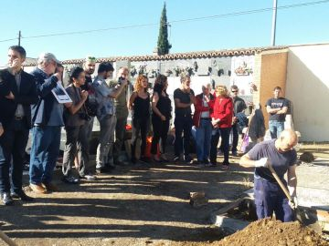 Los familiares asisten a las tareas de exhumación en Alcalá de Henares